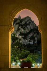 Montserrat des de la finestra gòtica